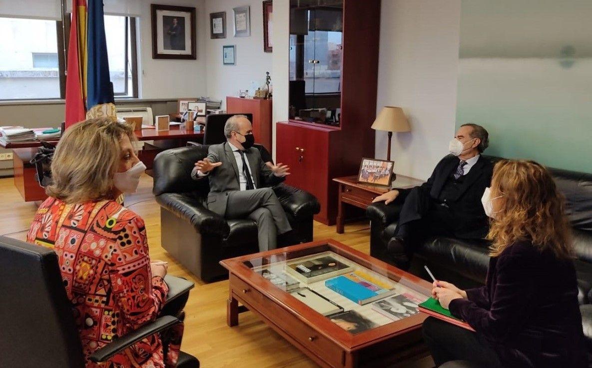 De izqda. a dcha.: Amelia Pérez, vicerrectora de Economía de la UNED; Ricardo Mairal, rector de la UNED; José María Alonso, presidente de UICM y Nuria Salom, directora de coordinación de UICM.